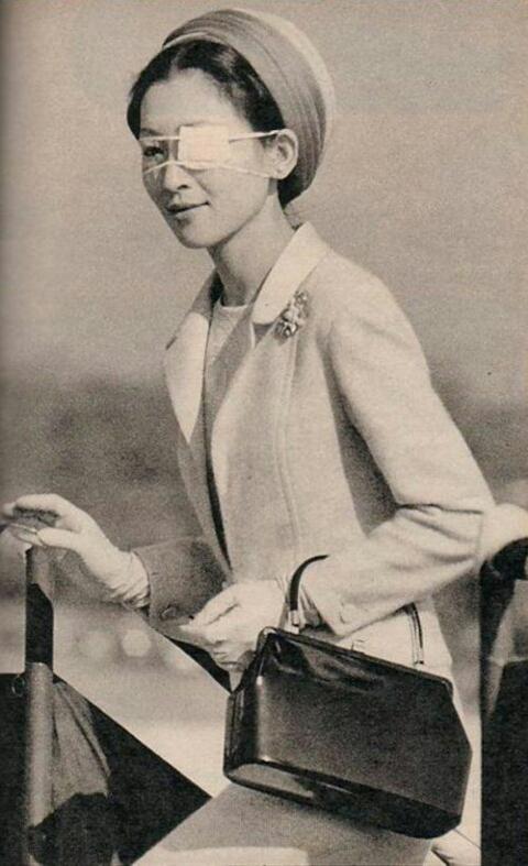 Ретро-фото: Наследная принцесса Японии Мичико после покушения на Окинаве